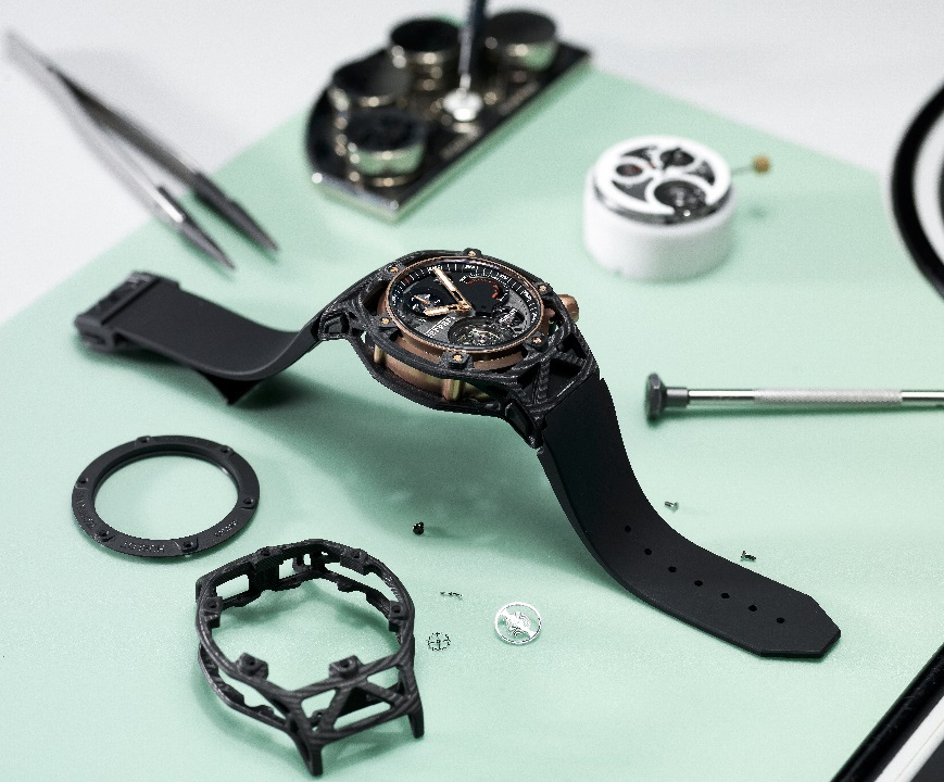 l_hublot-techframe-ferrari-70-years-tourbillon-chronograph-in-peek-carbon-king-gold-unique-piece