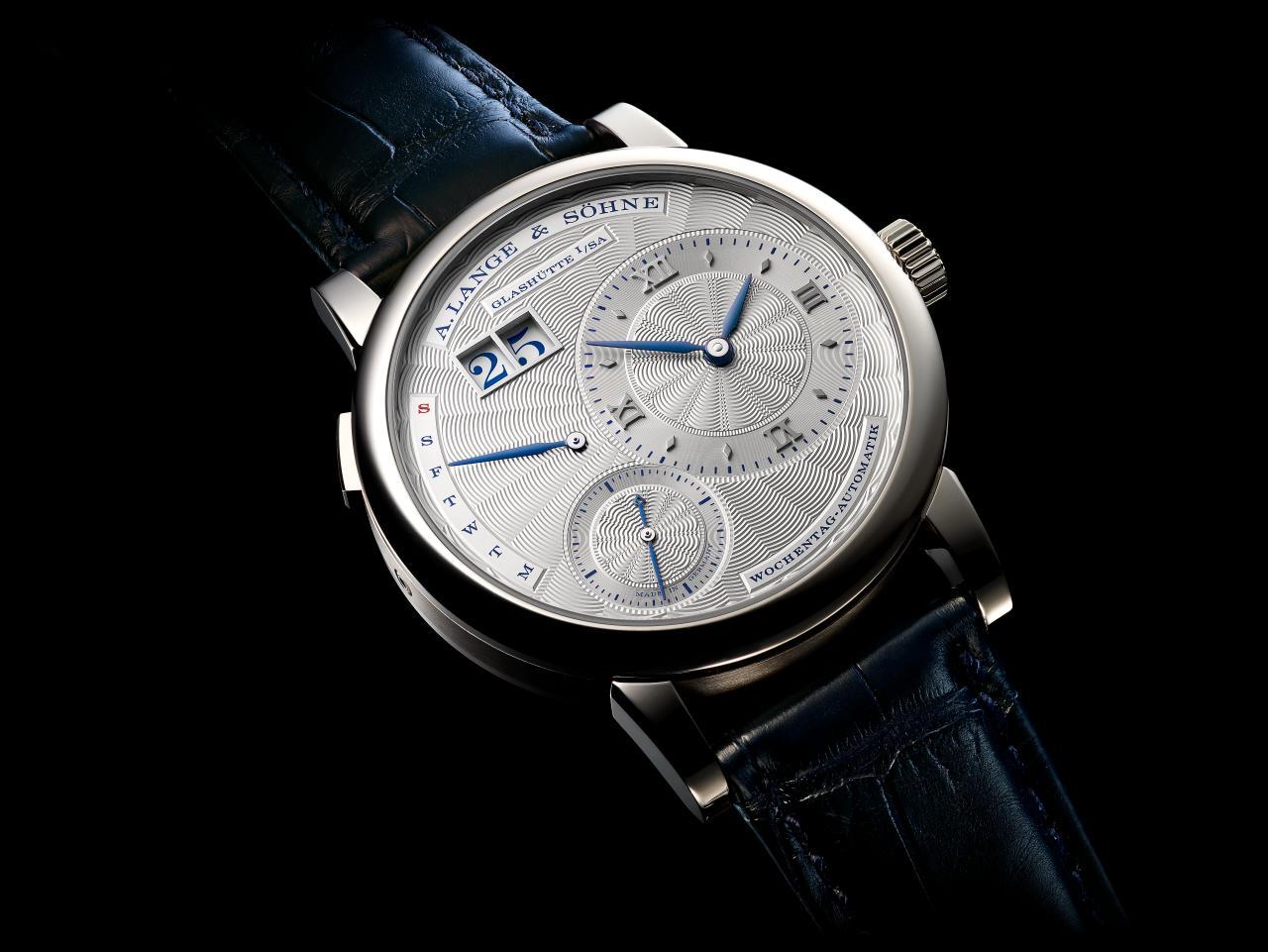 De Lange 1 Daymatic Special Edition Ginza Boutique blinkt uit met een geguillocheerde wijzerplaat en contrasterende blauwe details