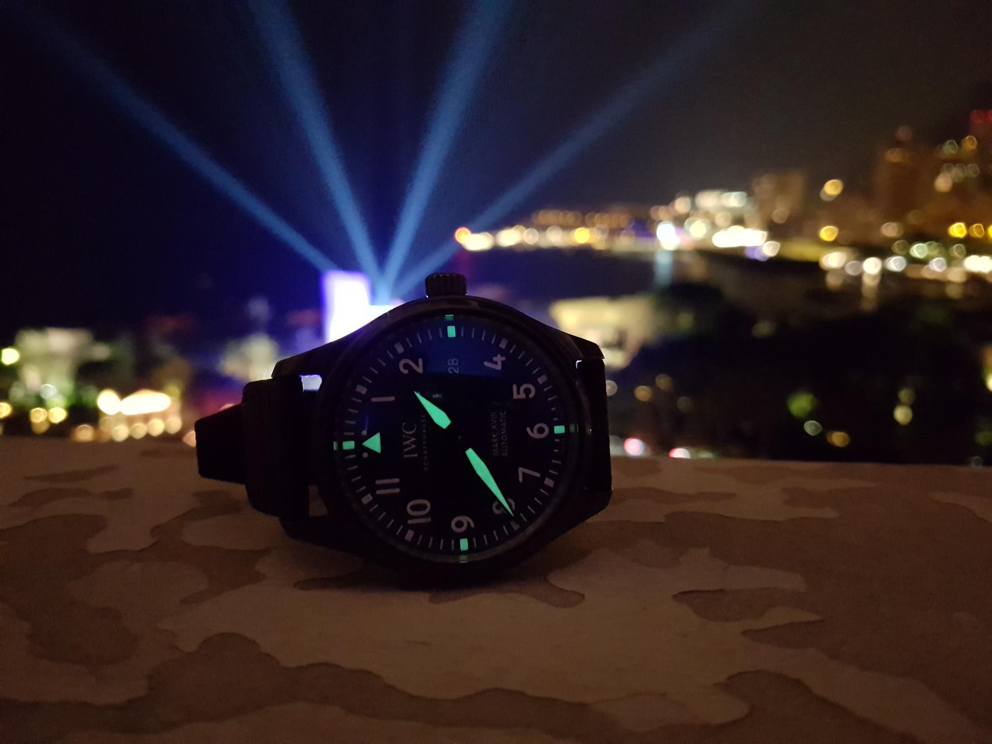 De lichten van het Laureus World Sports Gala op de achtergrond en die van de Mark XVIII op de voorgrond