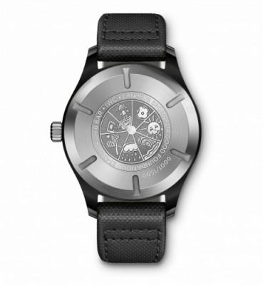 """De Pilot's Watch Mark XVIII Edition """"Laureus Sport for Good Foundation""""heeft natuurlijk een gravure van een kindertekening op de achterzijde van de kast"""