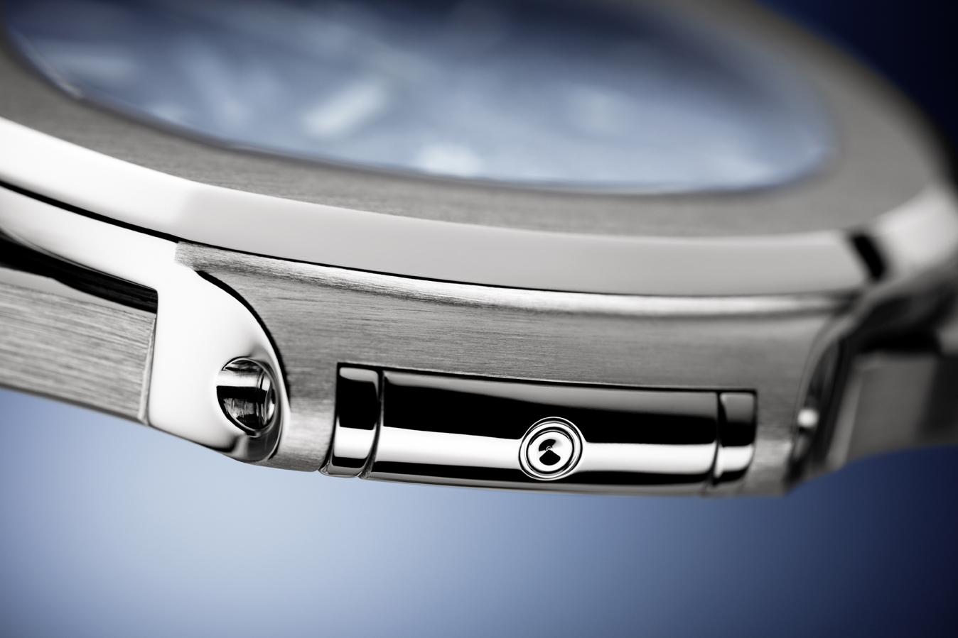 Detail van de zeer elegante en platte kast van de Ref. 5740