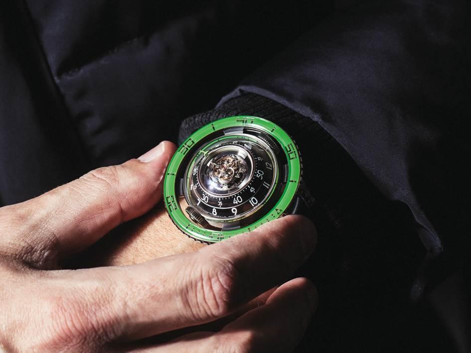 De duikring van de MB&F HM7 Aquapod Ti Green heeft een saffieren inzet