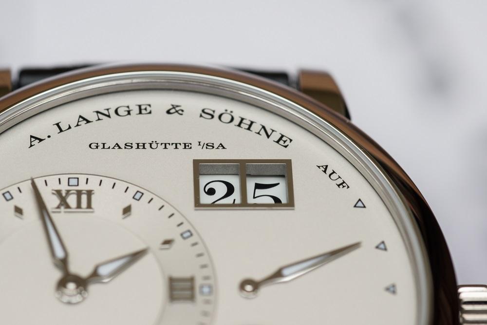 De grote datum van de A. Lange & Söhne Lange 1 Moon Phase is zeer karakteristiek