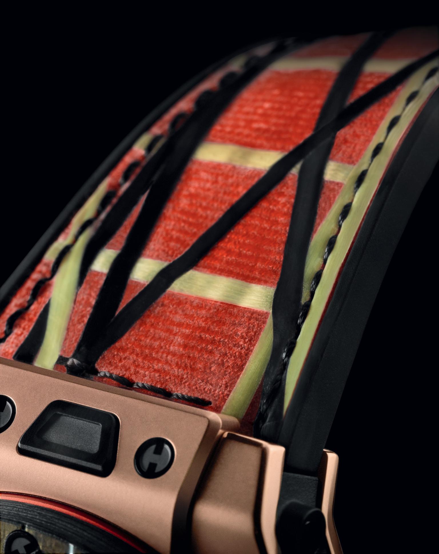 De gestreepte, oranje band is gemaakt van rubber