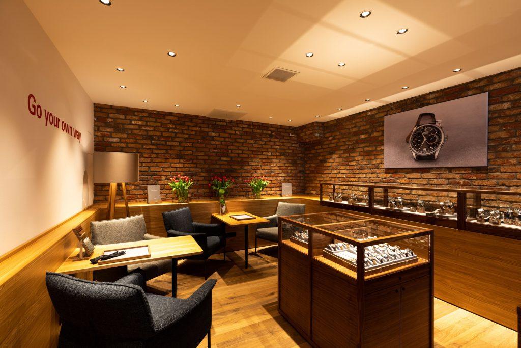 Een ruime selectie is te zien en te voelen in de mannelijk gezellig ingerichte Oris boutique