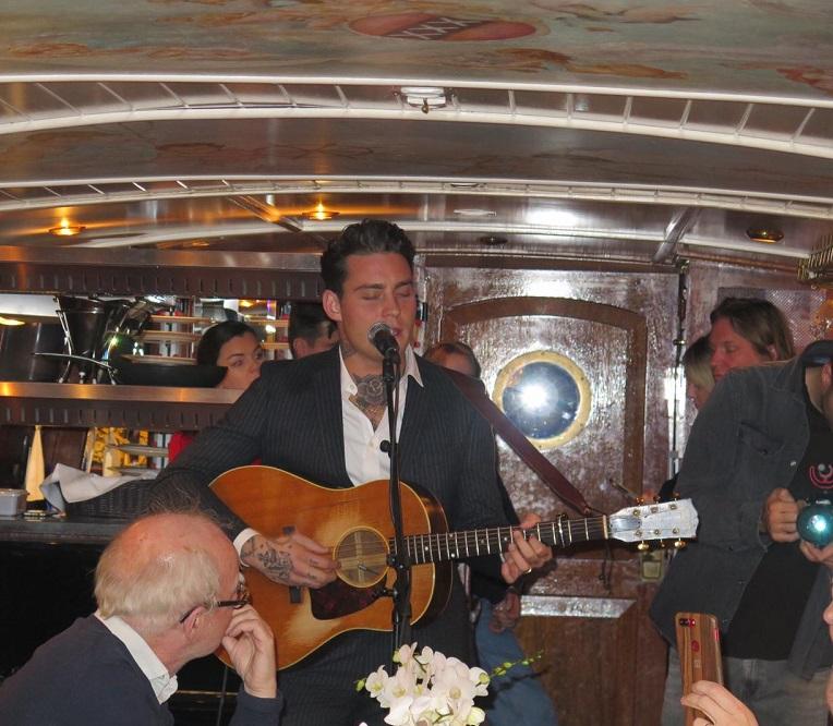 Douwe Bob zingt aan boord van de Amsterdamse salonboot Soeverein