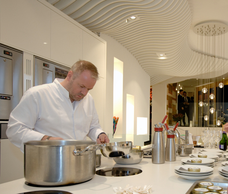 Mario Ridder van tweesterrenrestaurant De Zwethheul in de keuken van Van Willegen