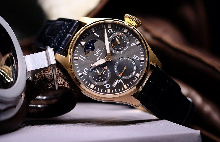 iw503802-big-pilots-watch-perpetual-calendar-edition-a-tribute-to-the-1st-iwc-pilots-watch_lifestyle