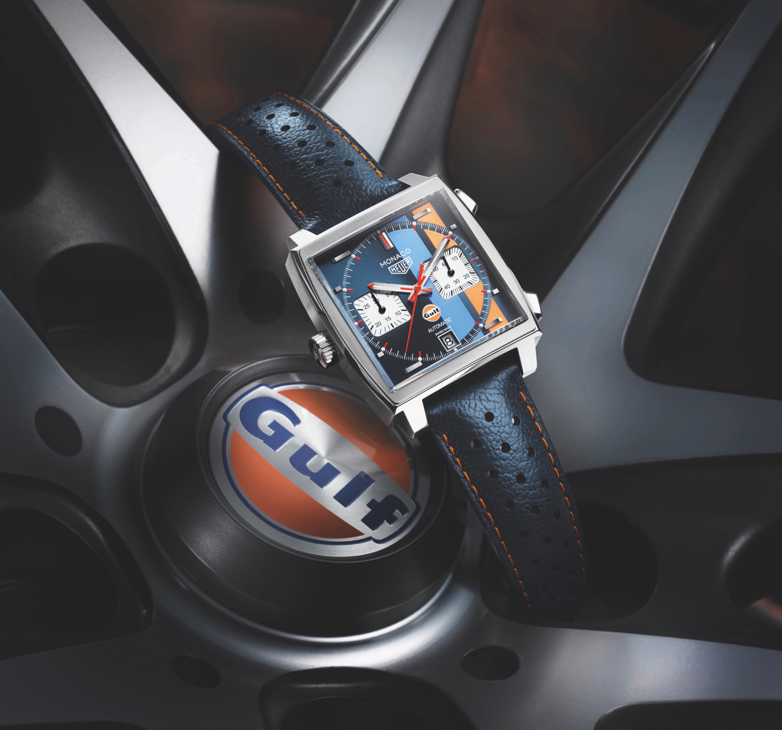 De 39 mm TAG Heuer Monaco Calibre 11 Gulf Edition in racesferen