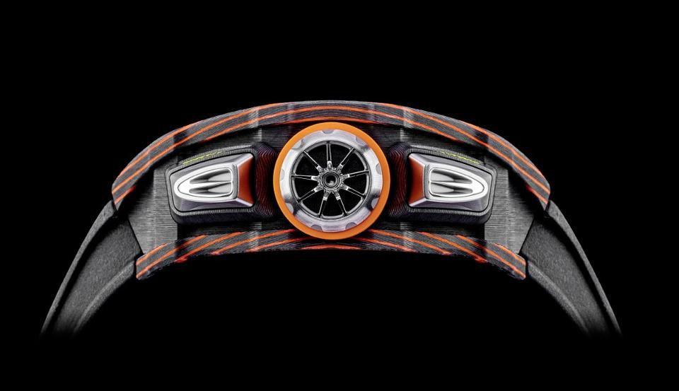 De Richard Mille RM 11-03 McLaren Automatic Flyback Chronograph zit vol details die doen denken aan een McLaren