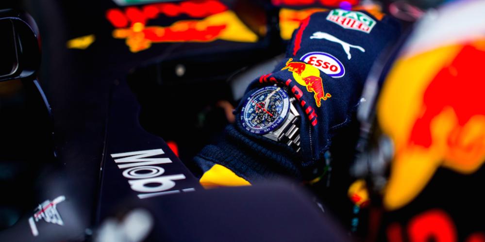 Max Verstappen in zijn Red Bull met om de pols een TAG Heuer