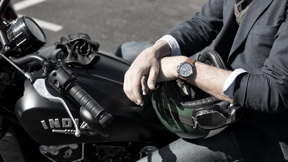 Baume et Mercier Clifton Club Indian Scout in actie om de pols