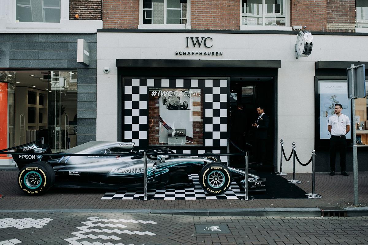 Een Mercedes 2018 W09 F1 auto zet je niet op straat , die zet je op de stoep, bij de IWC boutique