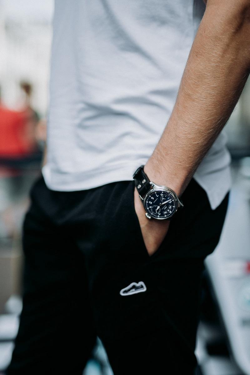 Valtteri Bottas draagt zijn IWC Big Pilot's Watch Annual Calendar Edition 150 Years heel casual