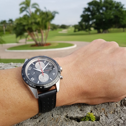 De 43 mm TimeWalker Chronograph Automatic op de country club