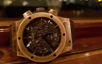 Hublot Classic Fusion Aerofusion Chronograph Special Amsterdam Boutique Edition aan boord van salonboot Soeverein