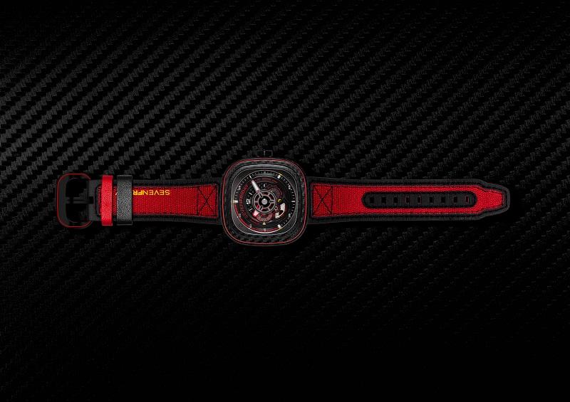 De nieuwe carbon SevenFriday kleurt rood